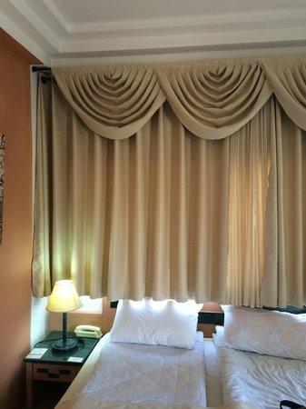 Alaska Inn: Curtains too short