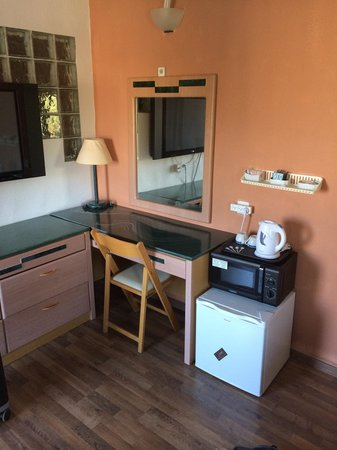 Alaska Inn : Fridge and microwave