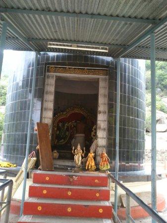Jalagamparai Falls: Murugan teample