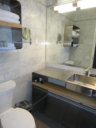 NYLO New York City: bathroom