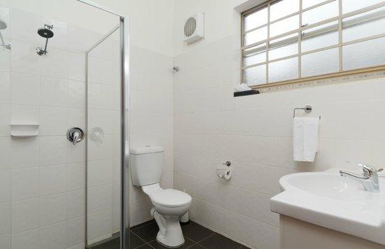 Yarra Valley Motel: Queen Room Bathroom
