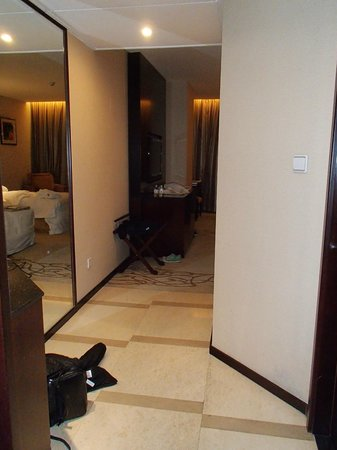 Liaoning International Hotel: View of hallway from door