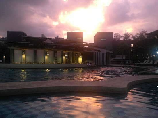Andaman Embrace Resort & Spa: Hotel swimming pool with a pool bar