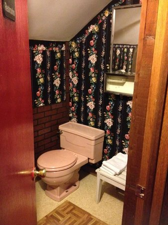 Gateway Inn & Cabins : Mismatched building materials and poor workmanship