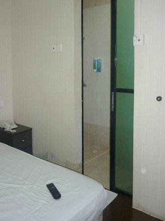 Amrise Hotel: small double room with bathroom