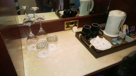 Corniche Hotel Abu Dhabi : Tea/Coffee Area