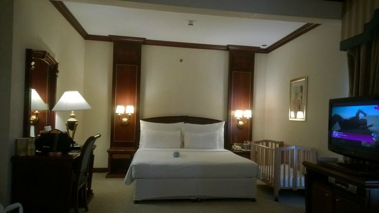 Corniche Hotel Abu Dhabi : Junior Suite (with baby Cot)