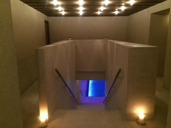 Hotel Cafe Royal: Wellness area, stairs down to the magnificent pool area