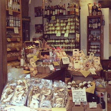 Hotel Il Pellicano: Invitng Shop in nearby Sorano