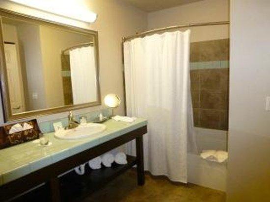 Inn at Nye Beach: Bathroom of One Bedroom King Suite