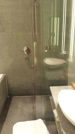 Oasia Hotel Novena, Singapore by Far East Hospitality: double shower head (from ceiling and wall)