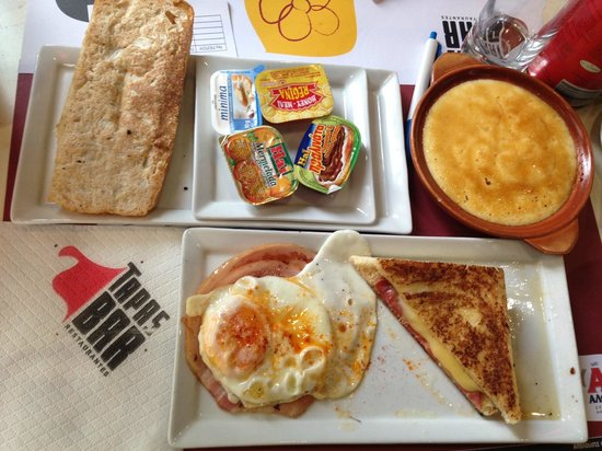Colors Central: The breakfast included (served in nearby Tapas bar)