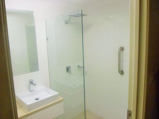 Cairns Queenslander Hotel and Apartments: Big shower