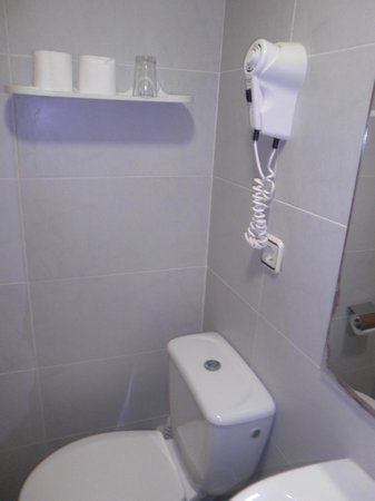 Hotel Samba: wc  et sèche cheveux à côté lavabo