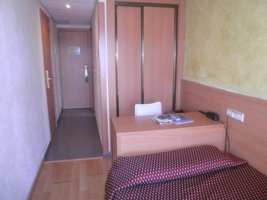 Hotel Samba: Belle petite chambre propre et pratique avec balcon vue sur la mer et la piscine