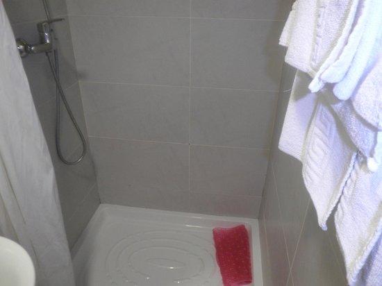 Hotel Samba: grande douche neuve avec serviettes de l'hotel