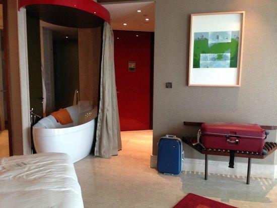 Jumeirah Creekside Hotel: Funny free standing bath tub