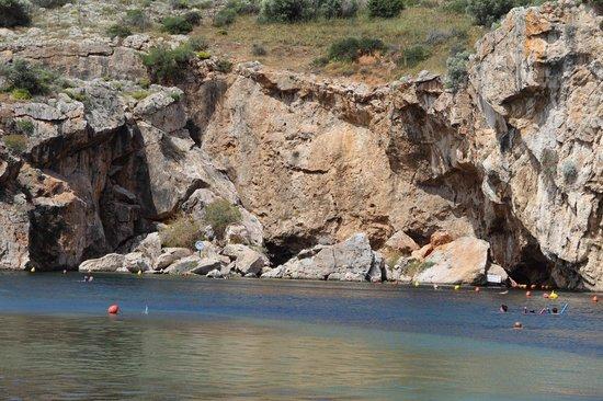 Vouliagmeni Lake: Скалы вокруг озера