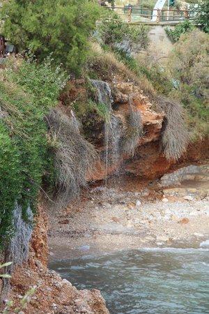 Vouliagmeni Lake: По ту сторону - море с маленьким водопадом