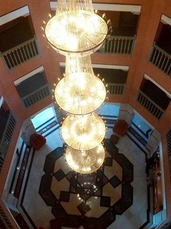Mogador Opera: lampara preciosa  hall entrada