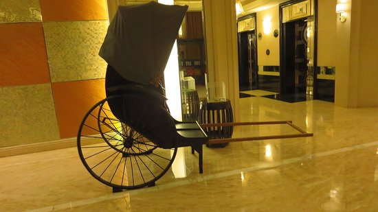 Renaissance Shanghai Pudong Hotel : A Rickshaw By The Elevators.