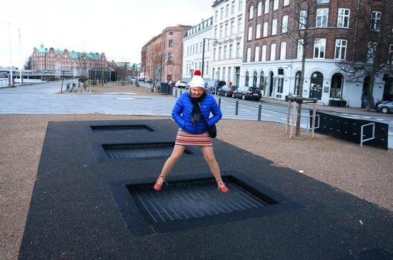 Copenhagen Strand : Батуты перед входом в отель на набережной