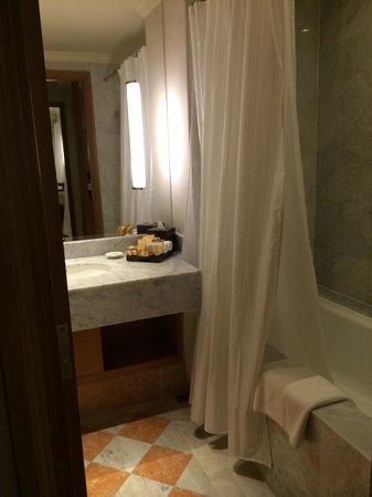Sedona Hotel Yangon, Myanmar : The bathroom