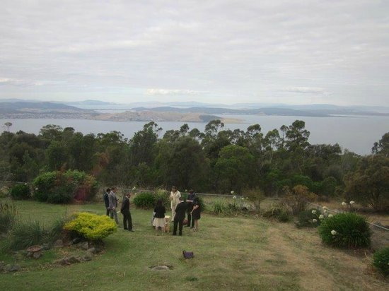 Mount Nelson Lookout : Wedding guests at play