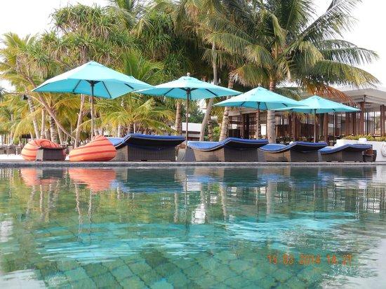 Dhevanafushi Maldives Luxury Resort Managed by AccorHotels: PISCINA COMUN ZONA PLAYA