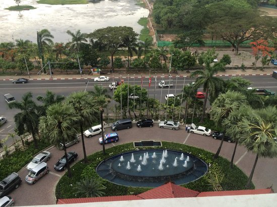 Sedona Hotel Yangon: View of the hotel entrance from my window