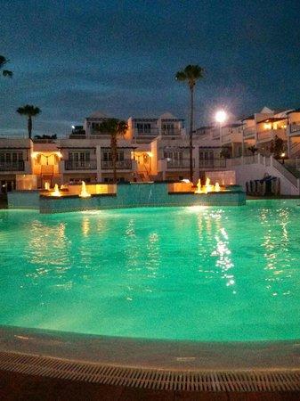 Atlantis Las Lomas: Pool area at night