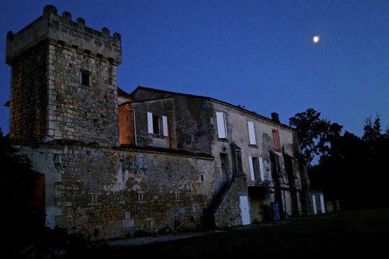 Domaine de Montboulard : front of the domaine at night