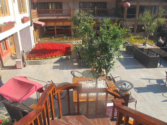 Red Wall Garden Hotel: looking down on the courtyard