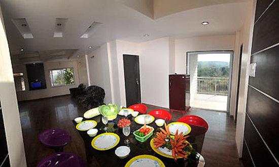 Sky Inn Bungalow: dining