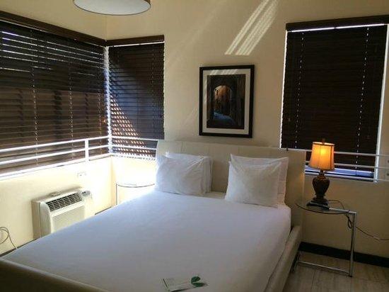 Tradewinds Apartment Hotel: Спальня