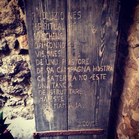 Citadel of Castelsardo: All'interno del castello. Versi in sardo