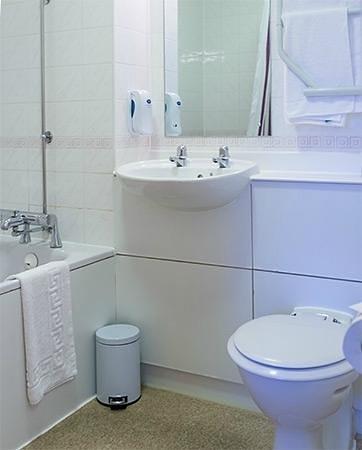 Premier Inn Glenrothes Hotel: Bathroom
