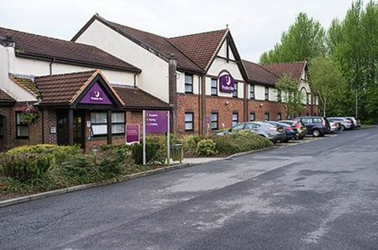 Premier Inn Glenrothes Hotel: Front view, there's parking opposite side too, and around the back.