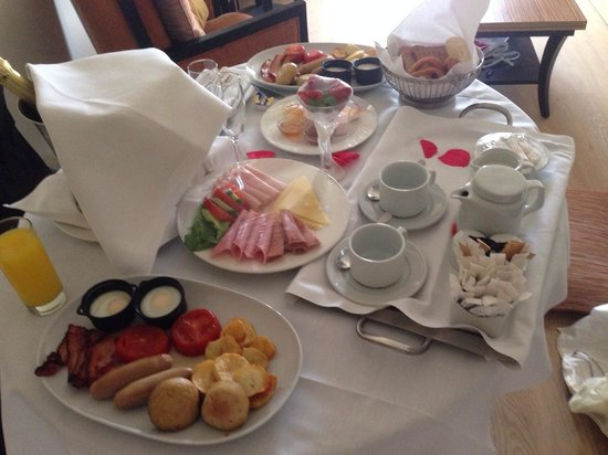 Elias Beach Hotel: Breakfast in bed after the wedding day :)