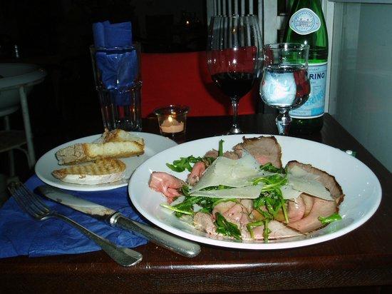 E' Divino : ルッコラとパルミジャーノ・チーズを乗せた牛肉のカルパッチョ