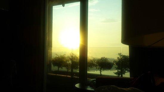 Marina Bay Sands: Sonnenaufgang vom Bett gesehen ! / Wahnsinn