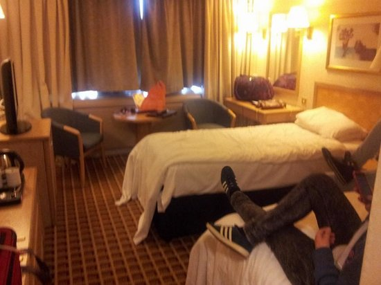 Copthorne Tara Hotel London Kensington: Twin room 229 - apologies for the mess the was the day we were leaving