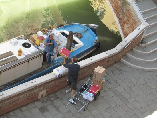 Palazzo Schiavoni: Throwing the morning supplies off the boat!!