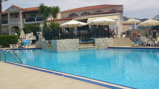 Venus Hotel & Suites: View onto pool and hotel entrance