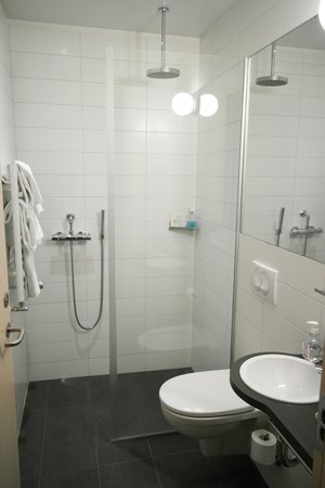 Reykjavik Lights by Keahotels: Wet floor shower room