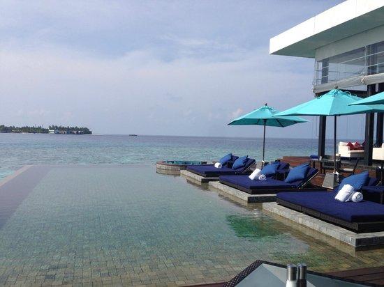 Dhevanafushi Maldives Luxury Resort Managed by AccorHotels: PISCINA COMUN EN LAS VILLAS DE AGUA