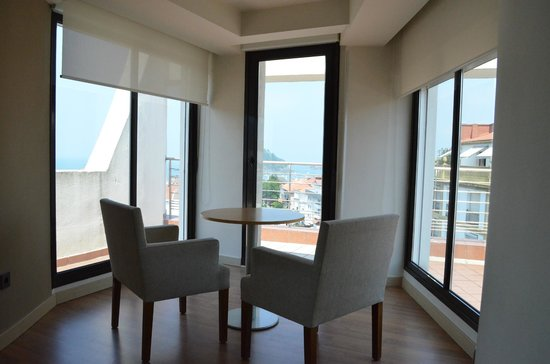 Sercotel Hotel Codina: Room table on higher platform overlooking the view
