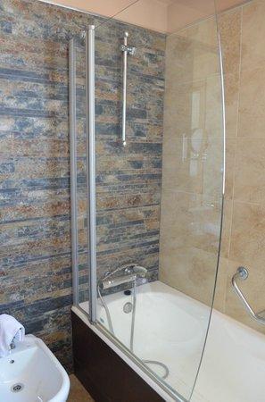 Sercotel Hotel Codina: shower