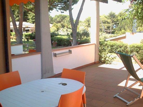 Residence Le Grazie Est: Spazio esterno ai bilocale per mangiare all'aperto