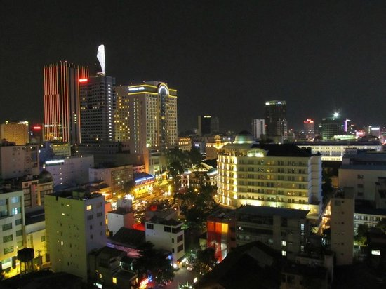 May Hotel : Vue sur la ville depuis la piscine en terrasse